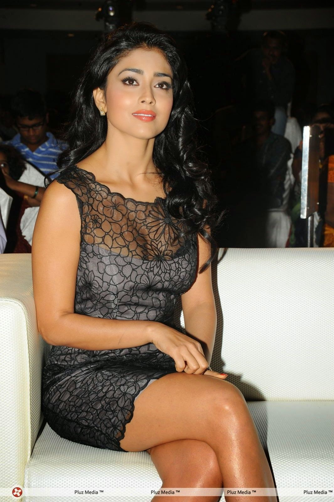 shriya saran bra visible