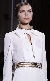 Camisa blanca de fantasía con cuello de lazo