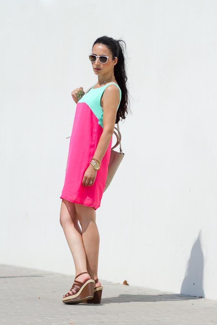 Outfit con vestido de dos tonos: rosa flúor y lima