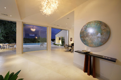 wide spaces that offer the view to the pool area filled with contemporary accessories