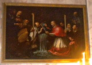 Il cardinale che recupera la tegola dall'acqua