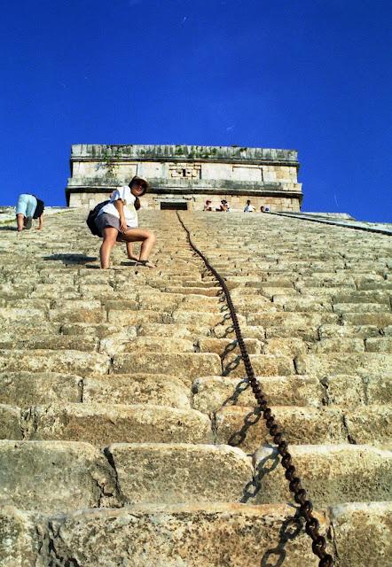 subir piramide maya, escaleras piramide, escalar ruinas
