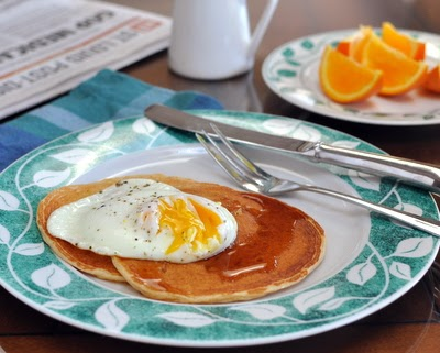 Cottage Cheese Pancakes, #HighProtein, #LowCarb pancakes made from scratch with cottage cheese, whole wheat flour and no added sugar and no added oil. And yet somehow they taste like regular pancakes! For Weight Watchers, 2 pancakes are just #PP5.