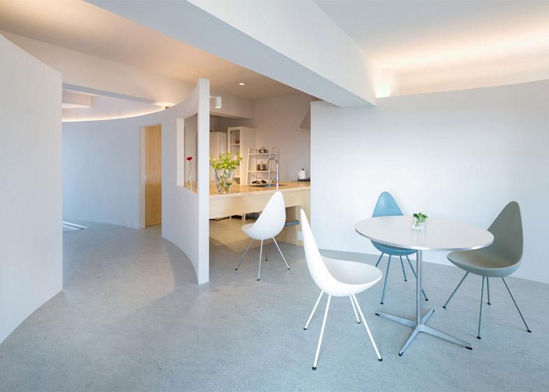 Appartamento sagamiono a tokyo con pareti curve e aperture for Ono oficinas
