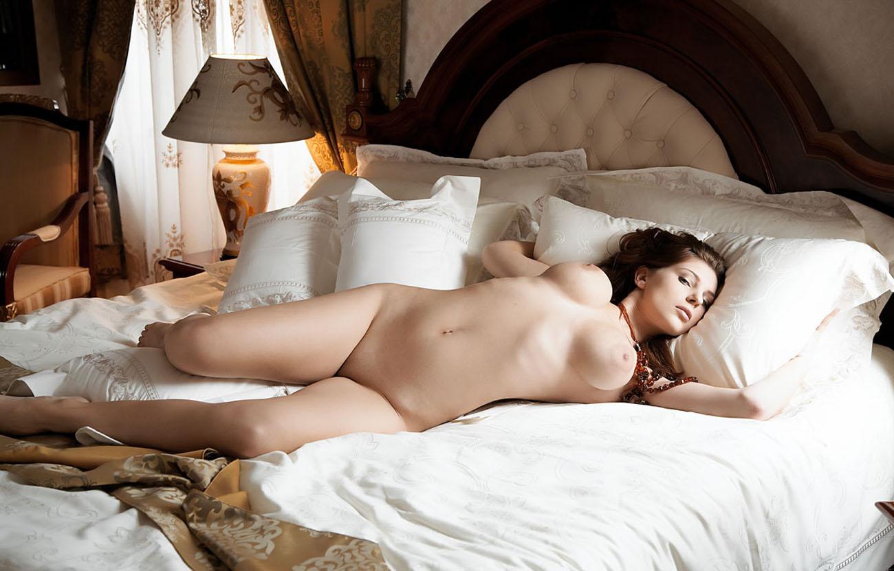 Фото голых женщин на шикарной кроватке 17 фотография