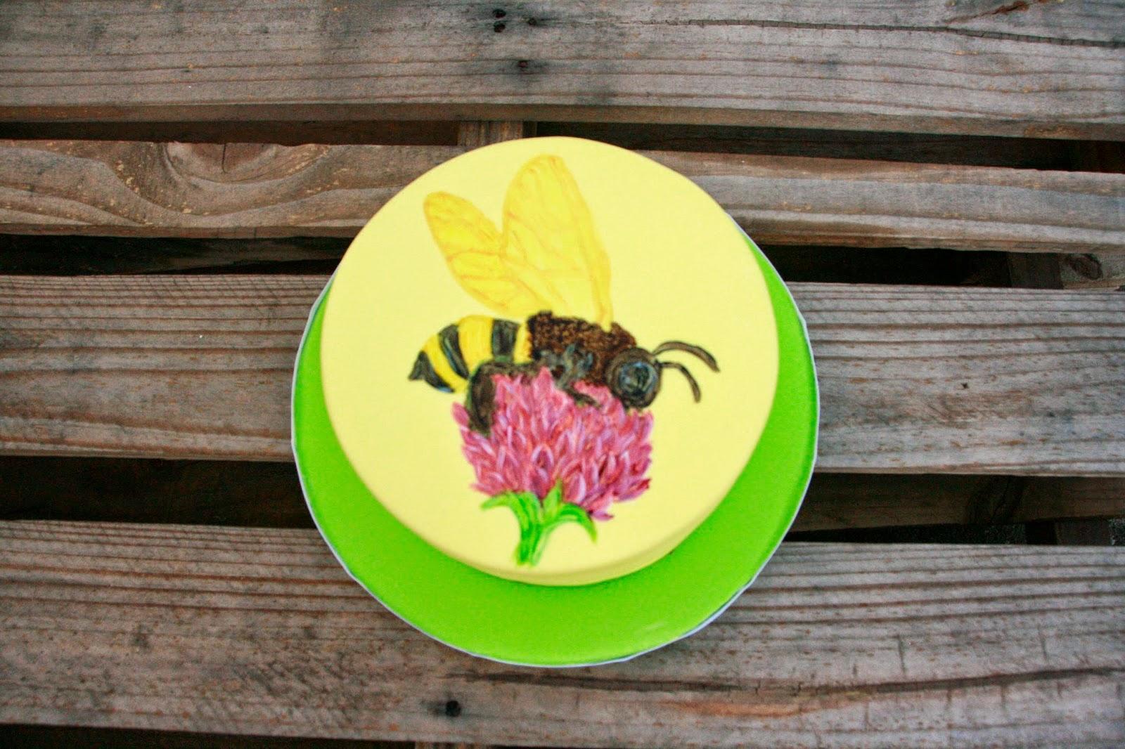 Tarta fondant amb abella pintada a ma