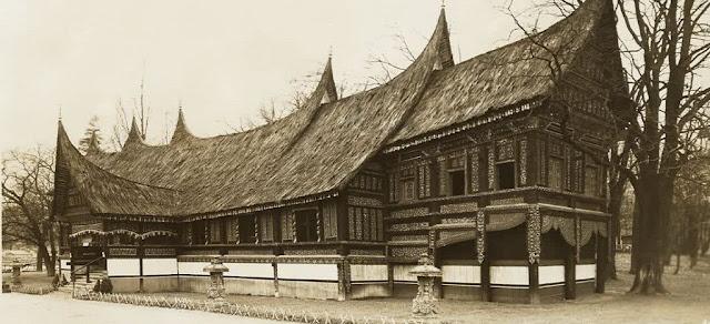 Tatakrama Duduk di Rumah Gadang Minangkabau