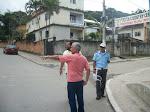 O Superintendente de Trânsito João Luiz e Sup. de Trânsito Wallace orientando comerciante
