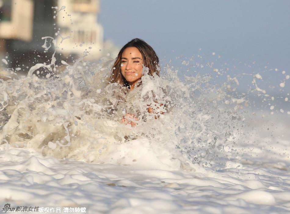 Wet shooting beautiful supermodel large Zimo full of temptation