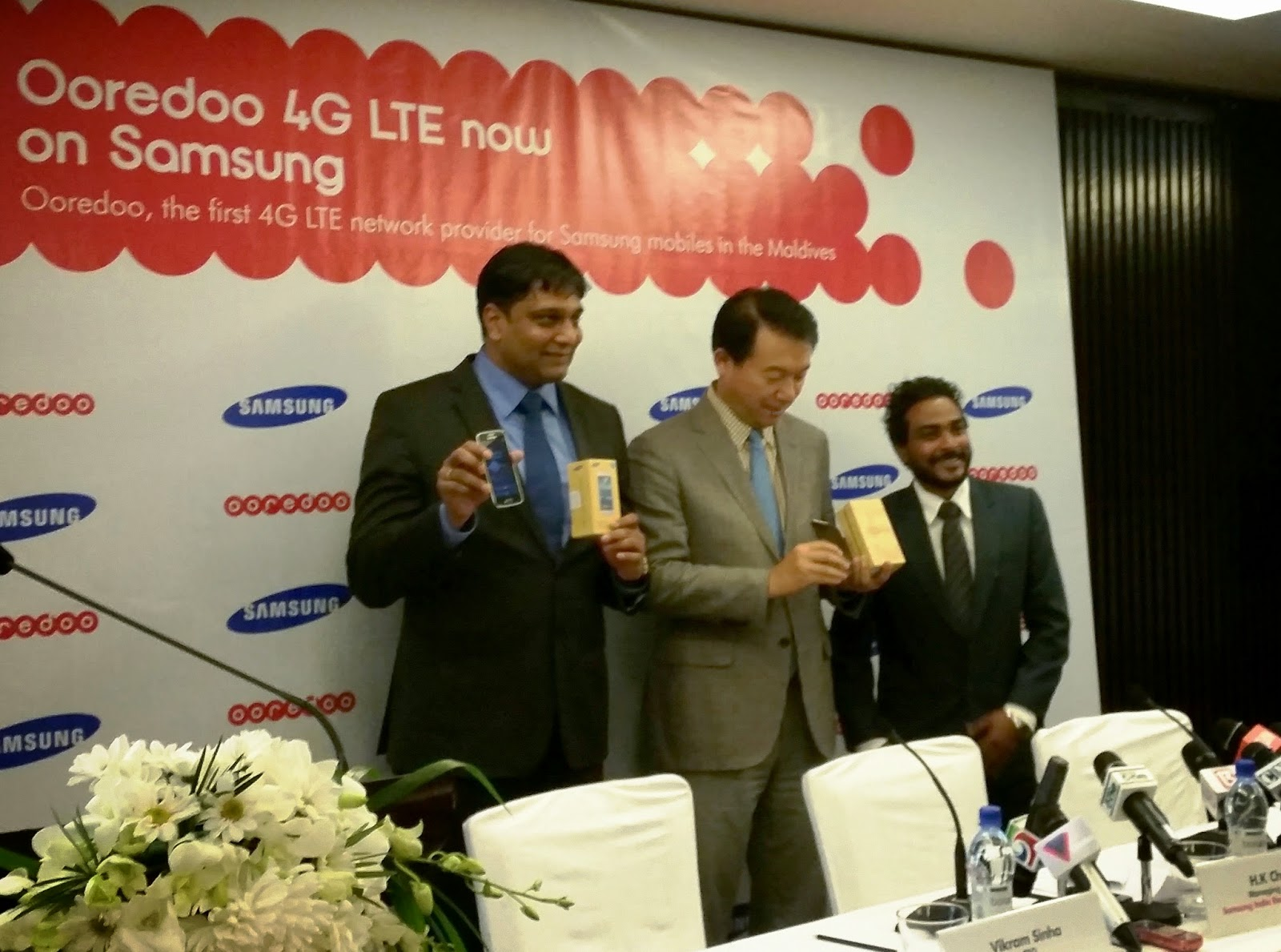 H.K. Chang, Managing Director, Samsung  India  Electronics- Sri Lanka Branch Office, Vikram Sinha and CEO of Ooredoo and Hassan Risheef, Managing Director, HIKE holding up models of the Samsung GALAXY S5.