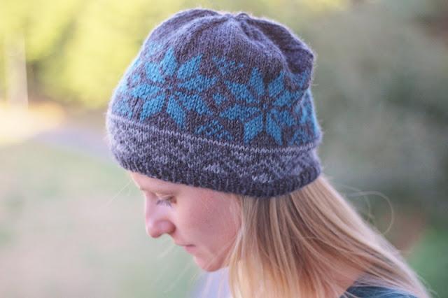 wełniana czapka na drutach