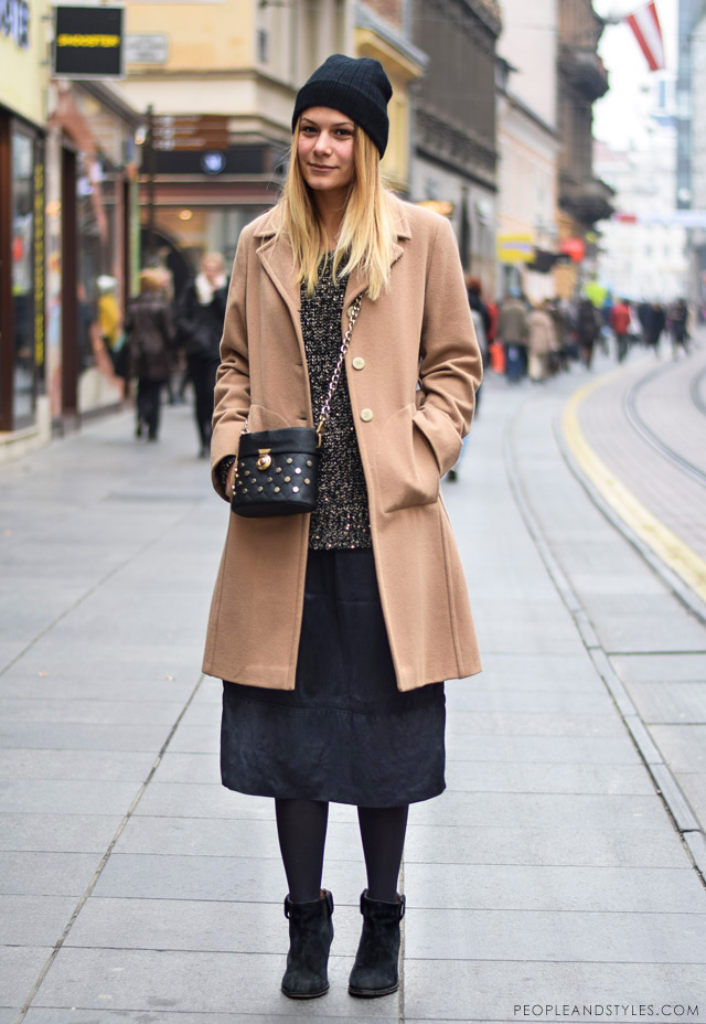 What to wear when temperatures dip close to sub-zero - few stylish street fashion inspiration to inspire your daily outfits. Tea Strika, how to style camel coat, beanie and midi skirt, zimska ulična moda, studentica arhitekture