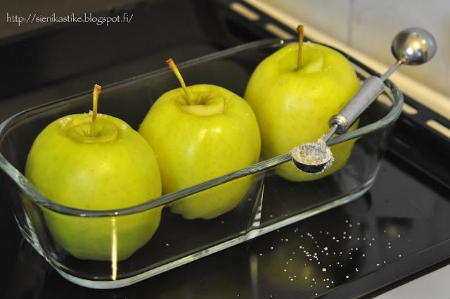 omenat valmiina uuniin, apples ready for oven