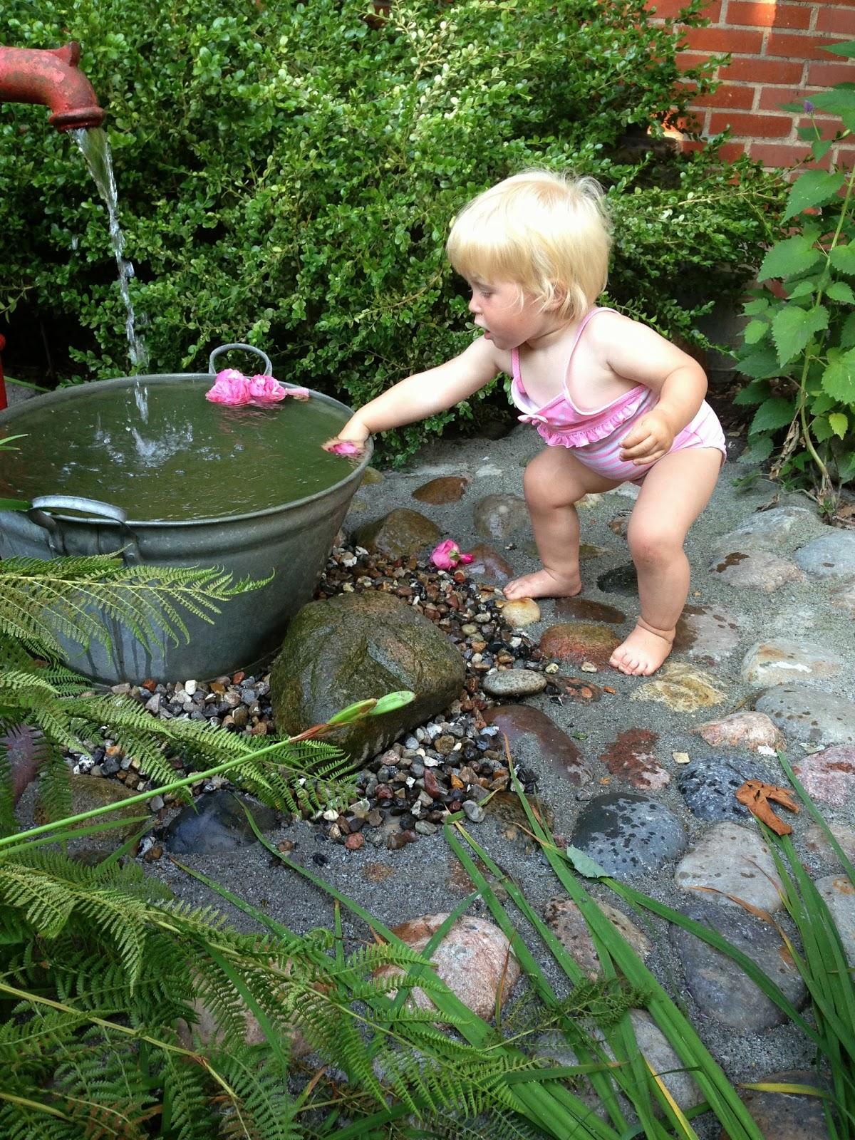 Fru pedersens have: nyt vandarrangement på gårdspladsen.