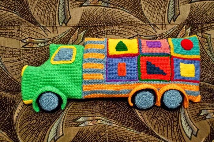 Almohadón al crochet con forma de camión para nilos