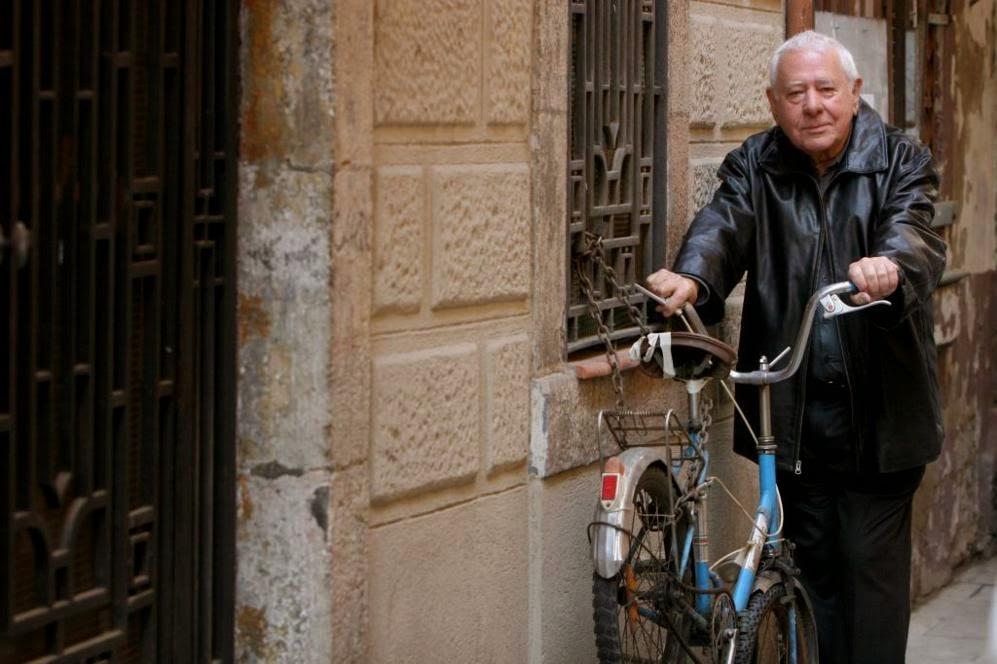 Autor recolzat a una bicicleta