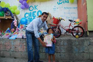 Regidor Liriano entrega juguetes a niños pobres de Sabana Perdida