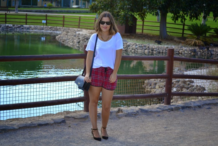 look_outfit_short_tartan_zapatos_pinchos_pico_zara_lolalolailo_05