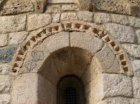 Detall de la finestra central de l'absis amb arquivolta en dent de serra