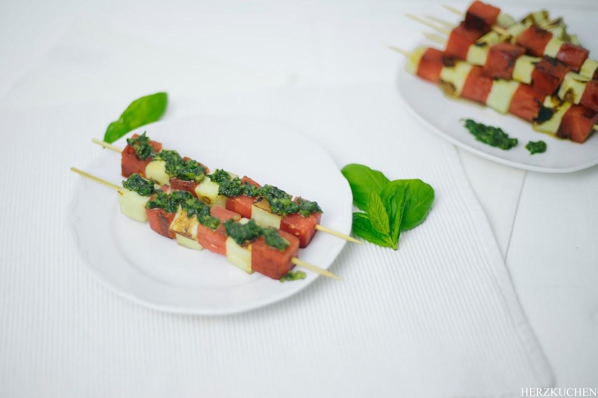 Melonen-Halloumi-Spieße mit Minzpesto