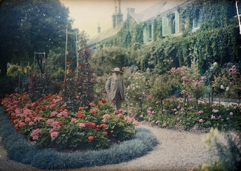 Fotografía Monet en su jardín de Giverny, 1921