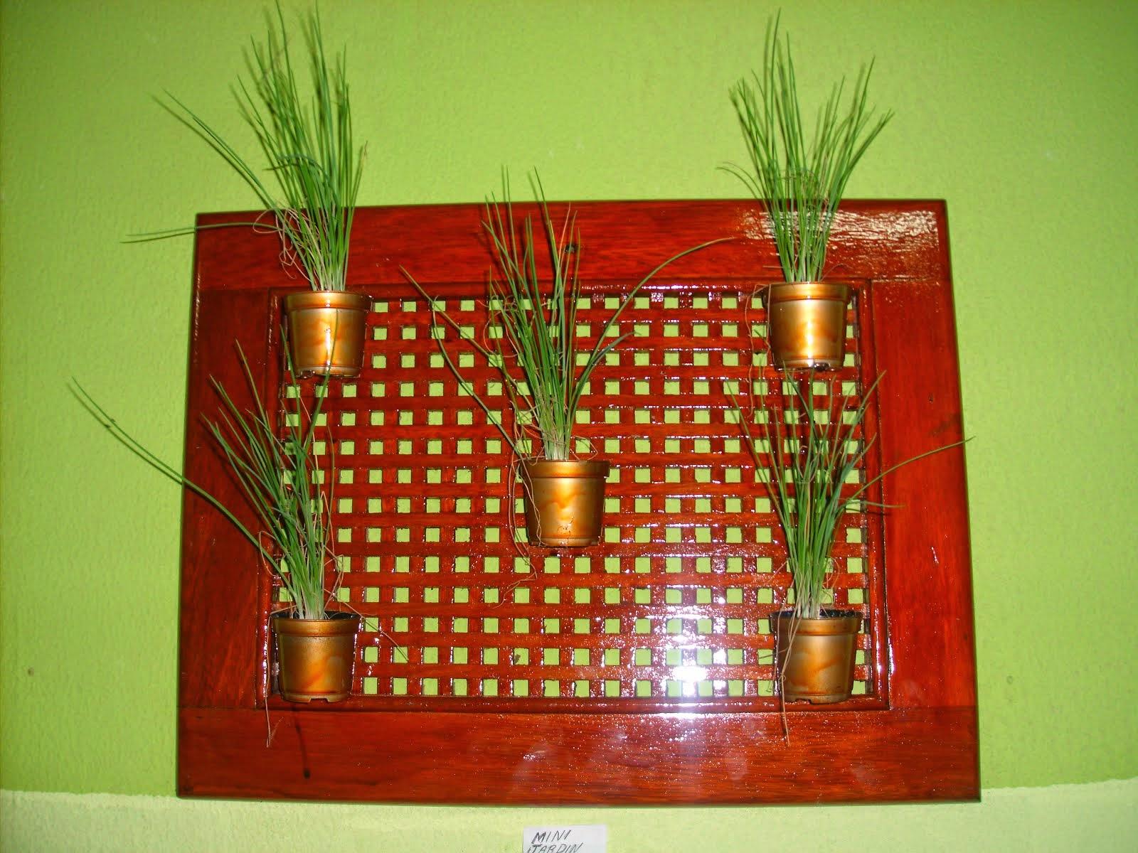 Mini Jardim suspenso em madeira decorada com 5 vasinhos