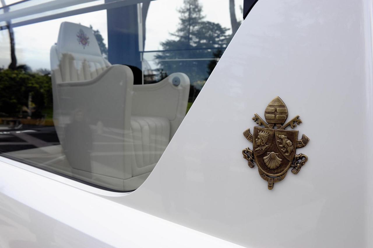 Mercedes-Benz+M+Serisi+Popemobile+2.jpg