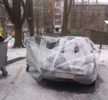 Auto mit Mülleimer einpacken
