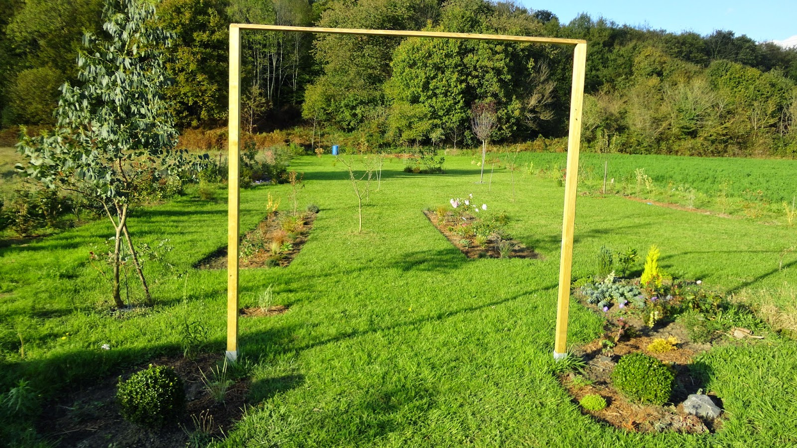 Naissance d 39 un jardin une grande aventure cr ation de barri res et potager en carr for Barriere de jardin metallique