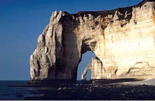 Contoh hasil erosi gelombang laut. (Sumber : Microsoft Encarta)