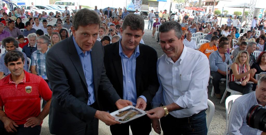 Ministro Marcelo Crivella, Prefeitos Arlei e Rogério Cabral mostram o camarão produzido na Região Serrana