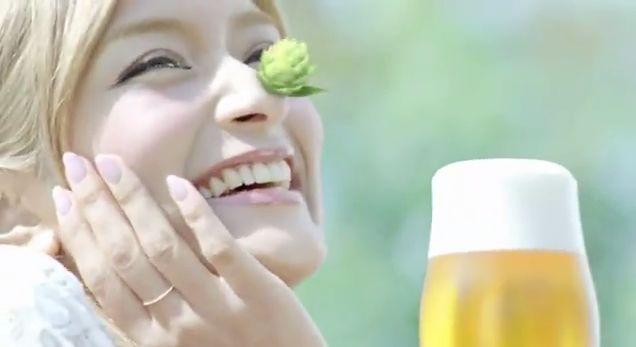 新鮮なビールをのんでホップが咲いたローラ