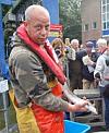 Eerste 'topmoeders' over de dijk gezet: Aart van der Waal vangt vuistdikke palingen. Artikel www.visserijnieuws.nl