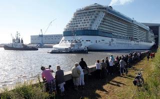 BEBERAPA orang menyaksikan kapal Celebrity Reflection di dermaga Meyer di Papenburg, Jerman semalam.