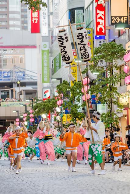 三鷹阿波踊り、小金井さくら連の高張提灯と子供の踊り手