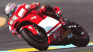 Foto met rood witte motor tijdens een race op het circuit