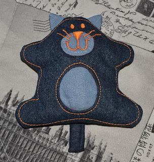 Кот из джинса - вид спереди
