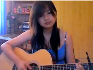 cantik maen gitar