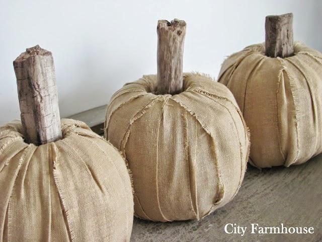Calabazas de tela, palos y rollo de papel higiénico para decorar en Halloween5