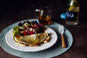 Omelete de Tapioca com Queijo Branco Tostado e Salada