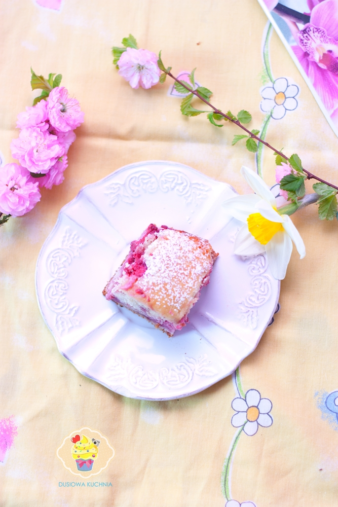 proste ciasto z truskawkami przepis, ciasto z truskawkami i tahiną, ciasto z truskawkami i chałwą, truskawki tahina ciasto, ciasto truskawki