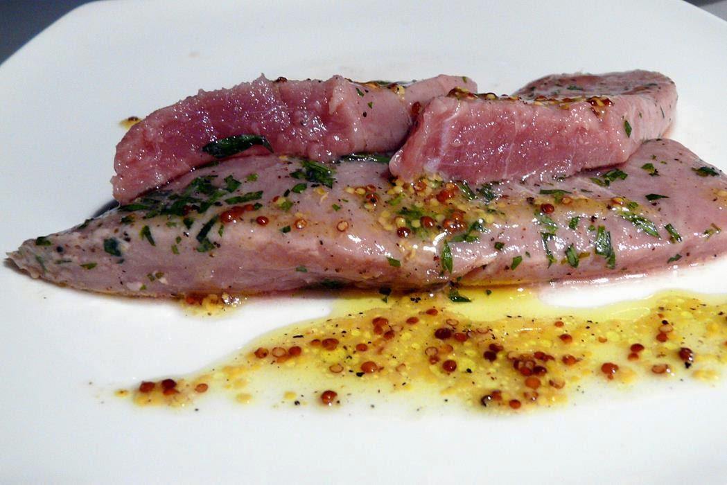 Lauwarm gebeizter Thunfisch (Sashimi) mit Dijonsenfvinaigrette