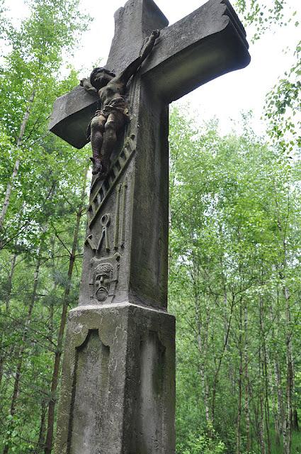Błotnica, kamienny krzyż Arma Christi - narzędzia Męki Pańskiej, 1896 r. Fot. KW.