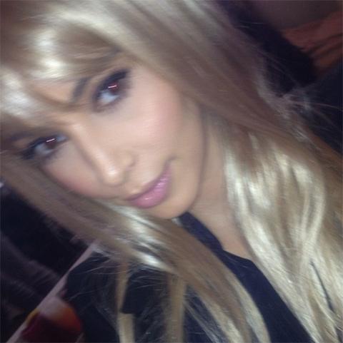 Kim Kardashian cheveux Blond platine