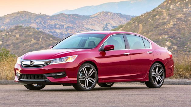 Front 3/4 view of 2016 Honda Accord