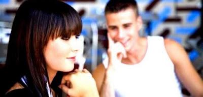 كيف تجذب النساء اليك وتجعلهم يعشقونك,رجل يحب فتاة امرأة يعشق,امرأة فتاة تتجاهل رجل