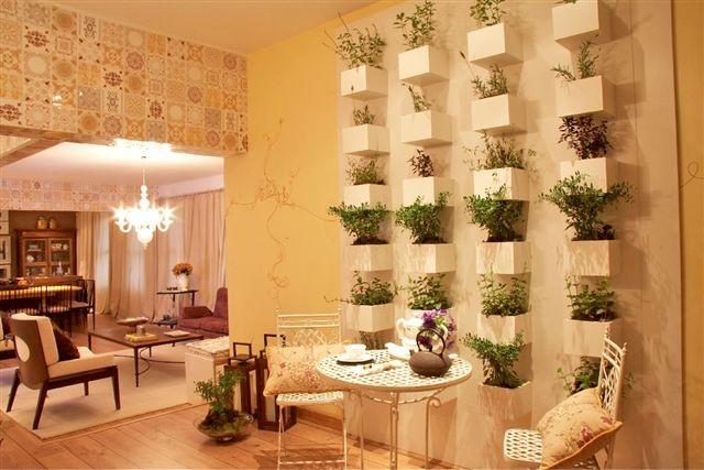 jardim vertical na sala : jardim vertical na sala:Não tem espaço para ter uma horta? Não tem problema :)