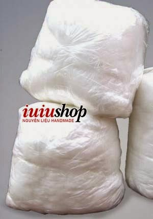 Bông chất liệu bông êm ái, mềm mại, thoáng mát, dễ thấm hút mồ hôi, thân thiện với môi trường, an toàn đối với sức khỏe người sử dụng, hạn chế bị xẹp sau thời gian sử dụng lâu dài. Bông trắng và mềm, cùng với giá rẻ tốt nhất Hà Nội, có giá bán buôn cho các shop, đảm bảo sẽ làm bạn hài lòng khi mua hàng tại  IUIU SHOP Nguyên liệu handmade, ngoài ra shop cũng có bán đầy đủ các nguyên liệu hạt xốp, vải nỉ, vải dạ, chỉ màu, cúc màu,... để các bạn tự làm các sản phẩm handmade thủ công xinh xắn như: nhồi thú bông, gối bông, móc chìa khóa hay móc điện thoại,...