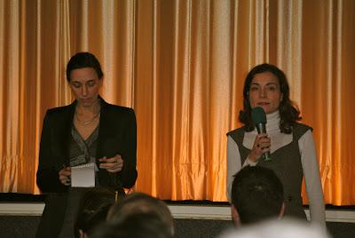 Zwei Frauen vor dem Kinovorhang