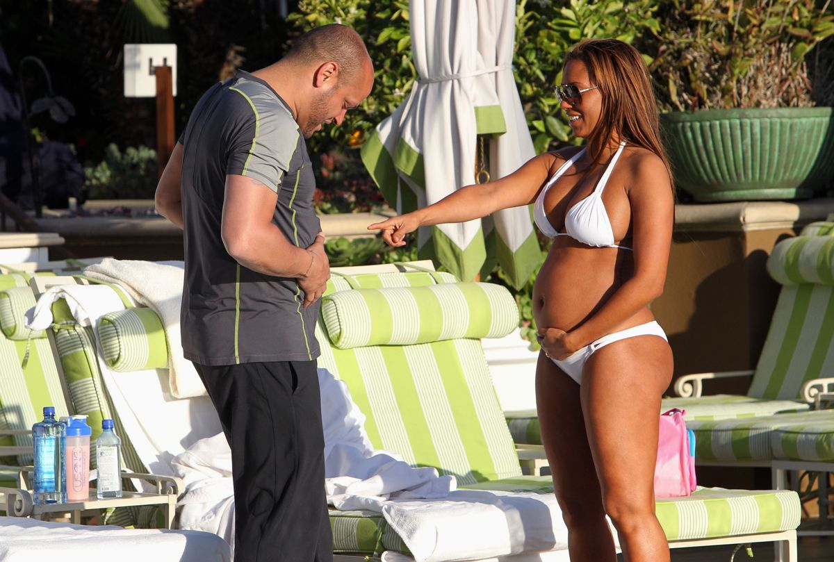 http://3.bp.blogspot.com/-mXsq2w1_0FI/TaXOIOY3IEI/AAAAAAAALXI/MotSvTUR9Lc/s1600/Melanie-Brown-Pregnant-Bikini-Body-By-The-Poolside-In-LA-07.jpg